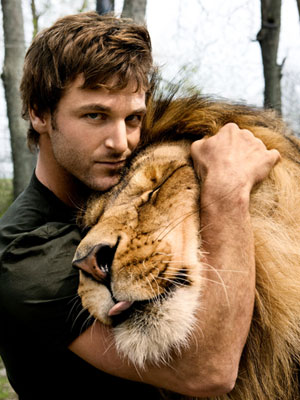 Dave Salmoni, a large predator expert, with a lion, via CuteBoysWithCats.com